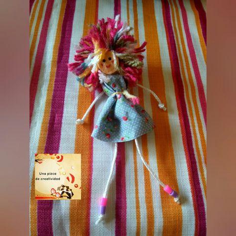 Muñeca-imán con pelos de colores